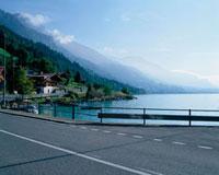 湖と山並みを望める道路