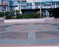 建物の前の石畳の広場 10381000491| 写真素材・ストックフォト・画像・イラスト素材|アマナイメージズ