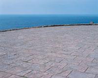 水平線が見える石畳の展望台