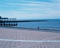 石畳の広場から望む水平線 10381000607| 写真素材・ストックフォト・画像・イラスト素材|アマナイメージズ