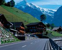 山のふもとの家々と道路