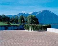 山並みと石畳の広場 10381001059| 写真素材・ストックフォト・画像・イラスト素材|アマナイメージズ