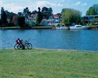 水辺にとめられた自転車と対岸の家