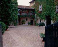 ツタの這う家の庭 10381001118| 写真素材・ストックフォト・画像・イラスト素材|アマナイメージズ