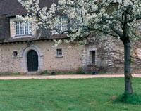 石造りの家の花咲く庭