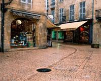 雨にぬれた石畳の街角 10381001157| 写真素材・ストックフォト・画像・イラスト素材|アマナイメージズ