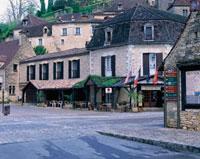 道路と石造りの家並み 10381001163| 写真素材・ストックフォト・画像・イラスト素材|アマナイメージズ