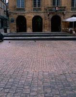 石造りの建物の前の石畳