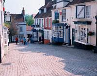 店の立ち並ぶ石畳の町並み