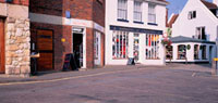 店の立ち並ぶ街角 10381001193| 写真素材・ストックフォト・画像・イラスト素材|アマナイメージズ