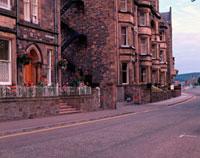 道路沿いの石造りの家並み 10381001197| 写真素材・ストックフォト・画像・イラスト素材|アマナイメージズ
