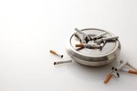 灰皿とタバコ 10387001017| 写真素材・ストックフォト・画像・イラスト素材|アマナイメージズ