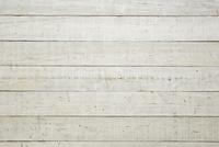 白く塗られた木の床
