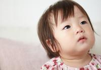 泣き止んだ赤ちゃんが何かを見つめている
