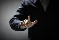 指を伸ばす男性の手