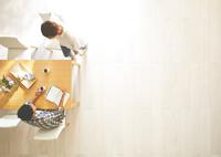 日差しが差し込むリビングで会話する男女 10387001803| 写真素材・ストックフォト・画像・イラスト素材|アマナイメージズ