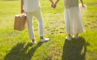 芝生の上に立っている新郎新婦 10387001814| 写真素材・ストックフォト・画像・イラスト素材|アマナイメージズ