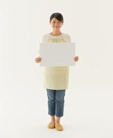 白い板を持つ主婦