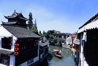 朱家角の街並みに流れる河を進む船 10387002092| 写真素材・ストックフォト・画像・イラスト素材|アマナイメージズ