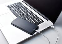 パソコンに繋がっているスマートフォン