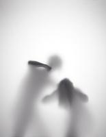 男が女性を殴ろうとしているシルエット 10387002154| 写真素材・ストックフォト・画像・イラスト素材|アマナイメージズ