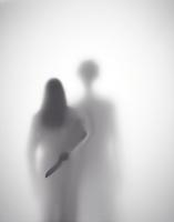 男に襲われそうになっている女性が背後に包丁を持つシルエット 10387002162| 写真素材・ストックフォト・画像・イラスト素材|アマナイメージズ
