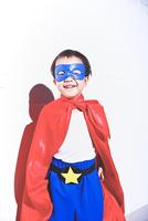 スーパーマンごっこをして喜んでいる子供 10387002296| 写真素材・ストックフォト・画像・イラスト素材|アマナイメージズ