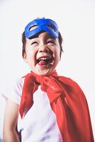 スーパーマンの格好をしてふざけている男の子