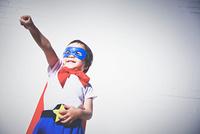 スーパーマンになりきっている男の子
