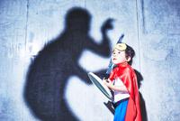 悪者と闘うちびっこスーパーマン 10387002366| 写真素材・ストックフォト・画像・イラスト素材|アマナイメージズ