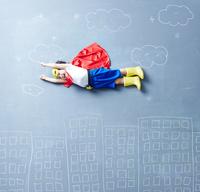 落書きの世界で空を飛ぶヒーローの男の子