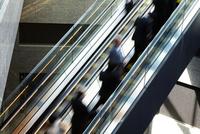 エスカレーターに乗る人たち 10387002502| 写真素材・ストックフォト・画像・イラスト素材|アマナイメージズ