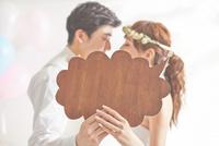 幸せな新郎新婦と吹き出し 10387002655| 写真素材・ストックフォト・画像・イラスト素材|アマナイメージズ
