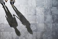 光が差し込む石の床の上にいる男性と女性