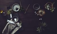 多肉植物に囲まれている作業台