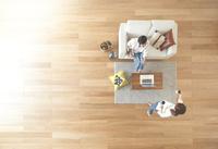 茶色の木の床と夫婦