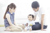 家族三人で遊ぶ団らんの時間