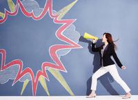 黒板に書かれた吹き出しの横で応援する女性
