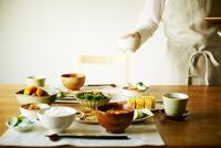 和食を配膳する女性 10387003243| 写真素材・ストックフォト・画像・イラスト素材|アマナイメージズ