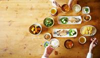 食事をする2人 10387003248| 写真素材・ストックフォト・画像・イラスト素材|アマナイメージズ