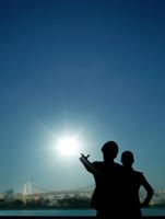太陽を指差す男性と女性 10387003428| 写真素材・ストックフォト・画像・イラスト素材|アマナイメージズ