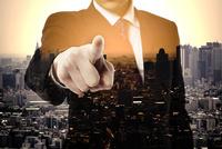 都会のビル群とビジネスシーン 10387003441| 写真素材・ストックフォト・画像・イラスト素材|アマナイメージズ