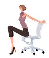椅子でストレッチする女性