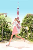 東京タワーのそばを携帯電話をかけながら走る春の女性
