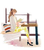 カフェで珈琲を飲みながら本を読む、ソファに座る女の子