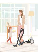 リビングで掃除機をかけるお母さんと片づけを手伝う子供