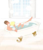 お風呂で本を読みリラックスする女性