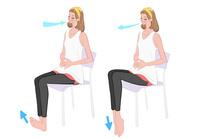 椅子に座り深呼吸しながら足首の上げ下げの運動をする女性