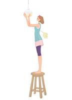 椅子に昇り照明の掃除をするハタキを持った女性 10402000206| 写真素材・ストックフォト・画像・イラスト素材|アマナイメージズ