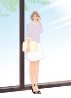 店のウィンドウの前で待ち合わせをする女性